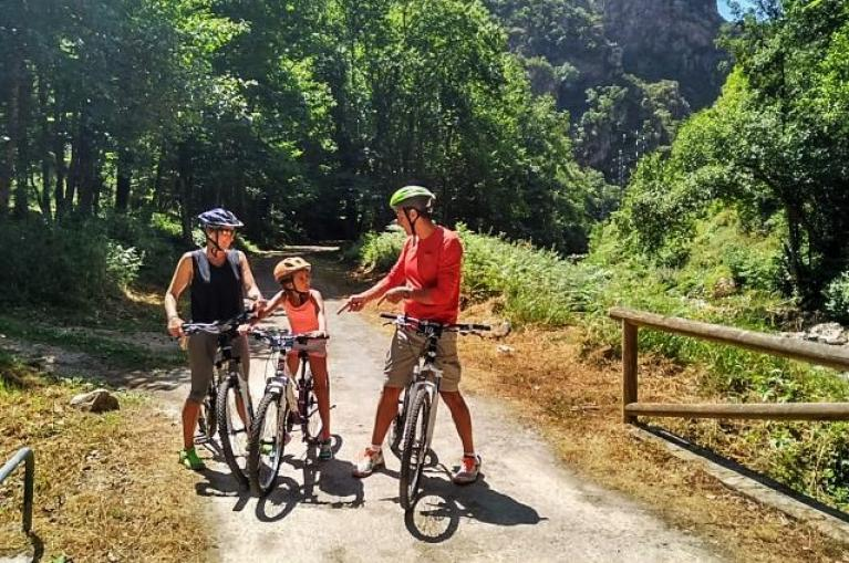 Family cycling Asturias